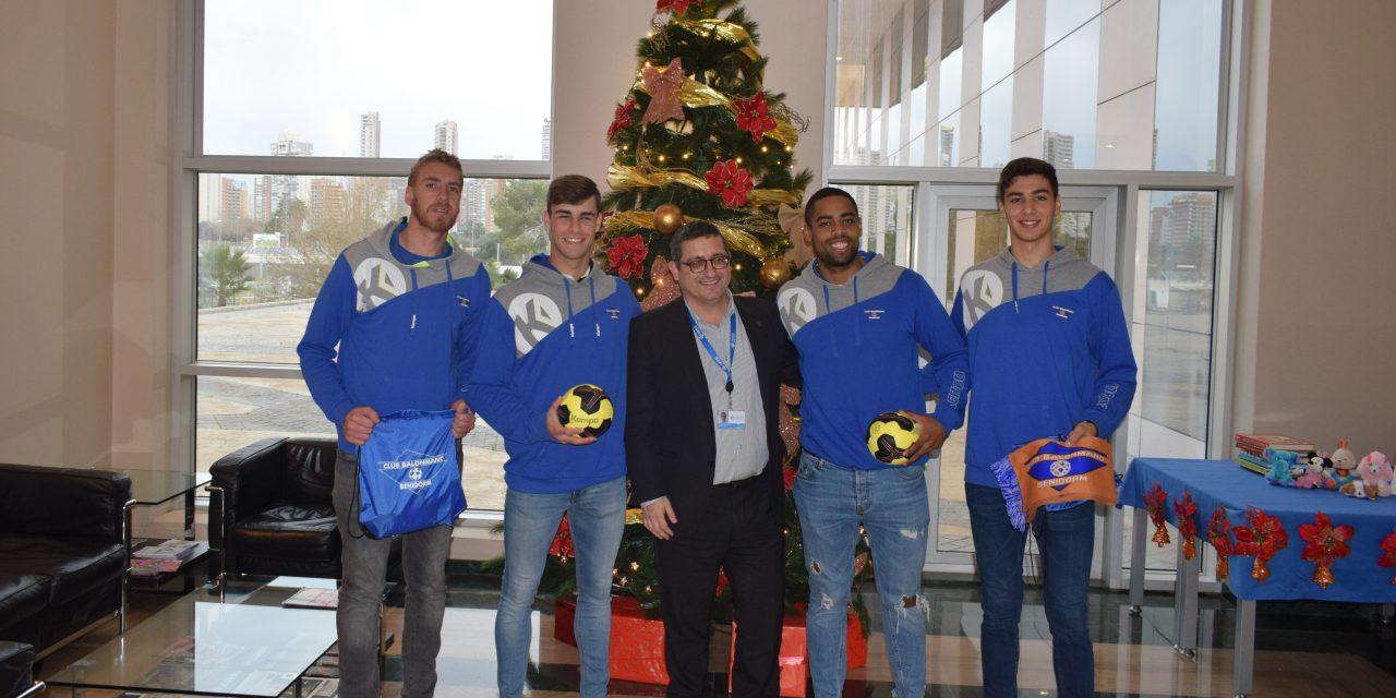 Los jugadores del Balonmano Benidorm visitan a los niños del IMED Levante