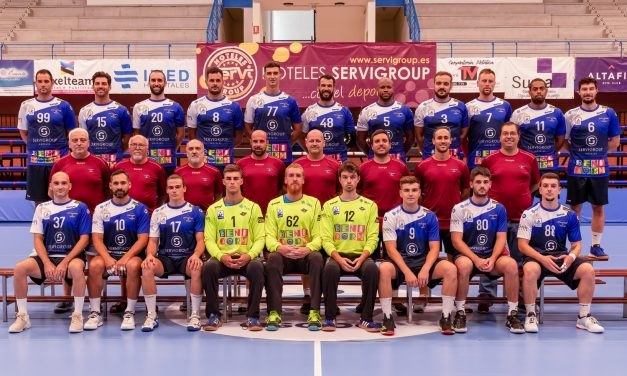 El BM Benidorm presenta sus dorsales y foto oficial de la 20/21